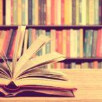 Scaffale di biblioteca con libri