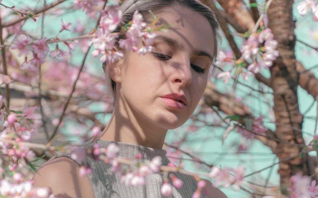 Una donna tra i fiori di un albero