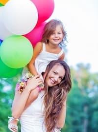 Donna giovane con la figlia