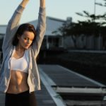 Donna che fa fitness dopo il digiuno
