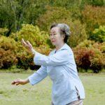 Anziana che pratica tai chi