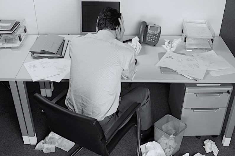 Uomo scoraggiato sul posto di lavoro