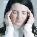 Donna afflitta da emicrania