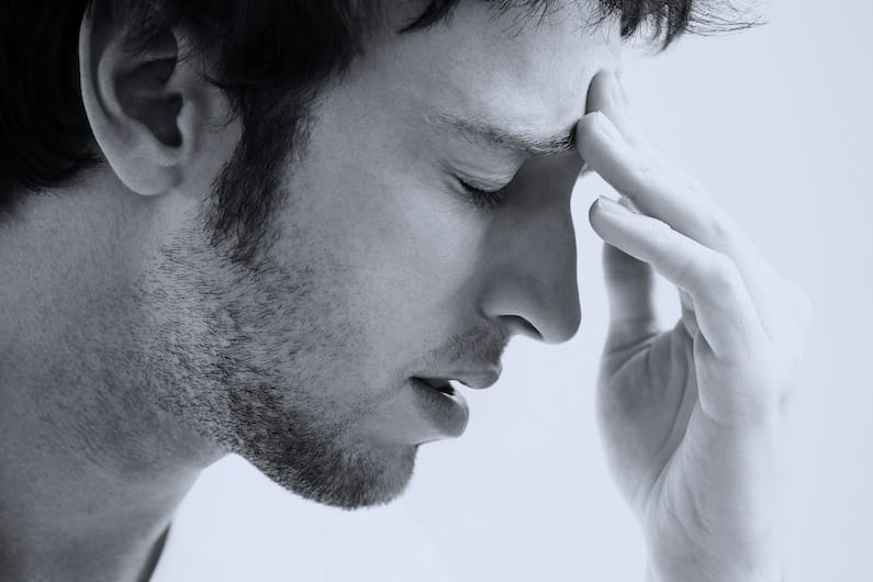 Uomo afflitto da emicraina