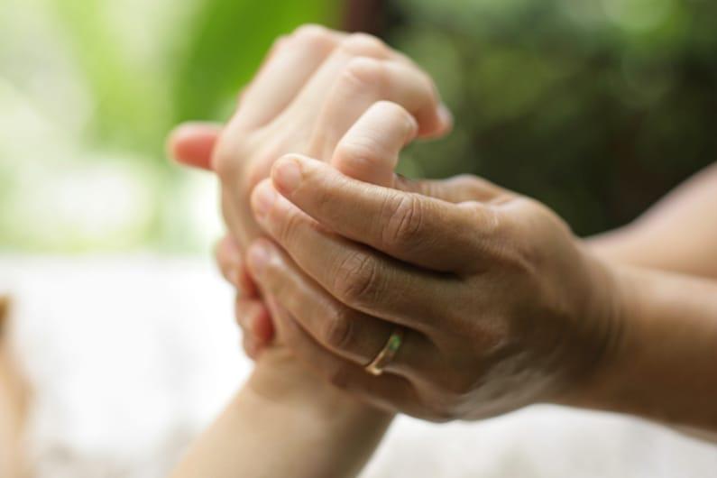 MAL DI TESTA: LA FUNZIONE CURATIVA DELLA RIFLESSOTERAPIA DELLA MANO