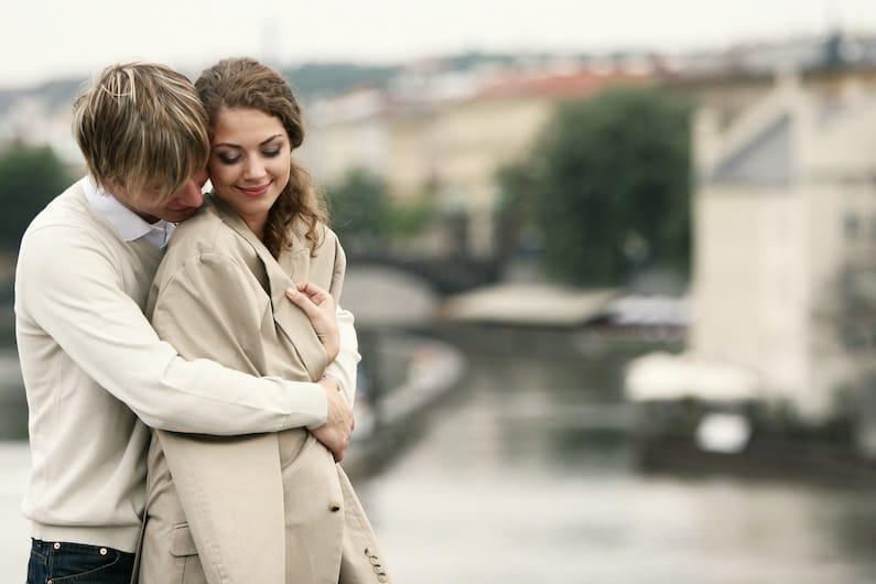 Una coppia che si abbraccia