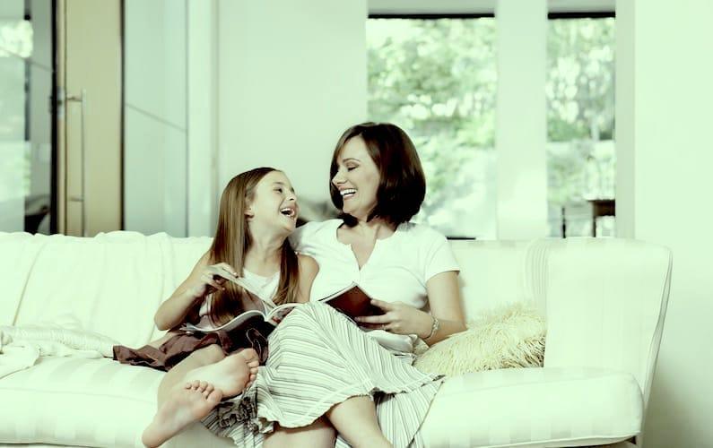 Mamma e figlia sul divano