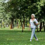 Donna che cammina nel parco